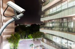 Macchina fotografica o sorveglianza del CCTV che funziona con la costruzione di vetro nel BAC Immagine Stock Libera da Diritti