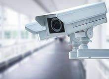 Macchina fotografica o videocamera di sicurezza del Cctv sul fondo del corridoio Immagine Stock
