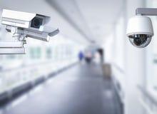Macchina fotografica o videocamera di sicurezza del Cctv sul fondo del corridoio Immagine Stock Libera da Diritti