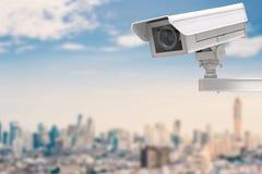Macchina fotografica o videocamera di sicurezza del Cctv sul fondo di paesaggio urbano Fotografia Stock Libera da Diritti