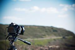 Macchina fotografica reflex su un treppiede fotografie stock