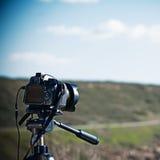 Macchina fotografica reflex su un treppiede fotografia stock libera da diritti