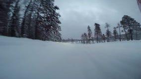 Macchina fotografica soggettiva anteriore sull'automobile nell'azionamento estremo della neve stock footage