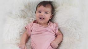 Macchina fotografica sorridente di introduzione della ragazza di neonato archivi video