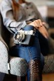 Macchina fotografica splendida della tenuta della giovane donna in sua mano Fotografia Stock