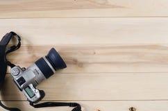 Macchina fotografica su fondo di legno Immagine Stock
