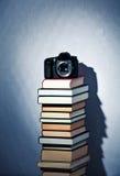Macchina fotografica su un'alta pila di libri Fotografie Stock