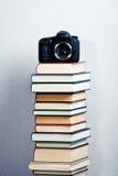 Macchina fotografica su un'alta pila di libri Immagini Stock Libere da Diritti