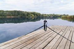 Macchina fotografica su un treppiede al fiume Fotografia Stock
