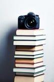 Macchina fotografica su una pila di libri Fotografia Stock Libera da Diritti
