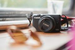 Macchina fotografica su una tavola fotografia stock