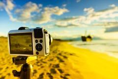 Macchina fotografica sul treppiede e sul naufragio Fotografie Stock