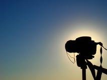 Macchina fotografica sulla siluetta del treppiedi Fotografia Stock