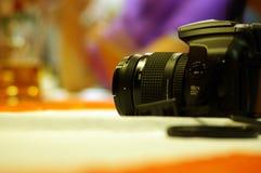Macchina fotografica sulla tabella Immagini Stock