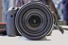 Macchina fotografica sulla tavola, vista della lente fotografie stock libere da diritti
