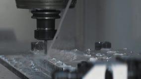 Macchina funzionante del metallo di CNC con fresatura del dettaglio di luminium dello strumento della taglierina alla fabbrica stock footage