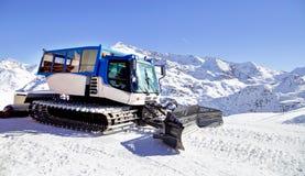 Macchina governare della neve sulla collina della neve pronta per le preparazioni di sci del pendio stazione sciistica nelle alpi Immagine Stock