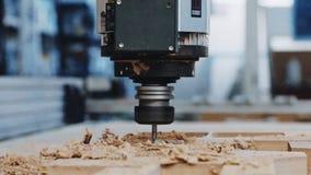 Macchina industriale del taglio di legno sul lavoro stock footage