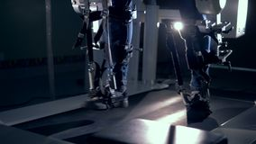 Macchina medica di fisioterapia e un paziente maschio che la usando per le sue gambe stock footage