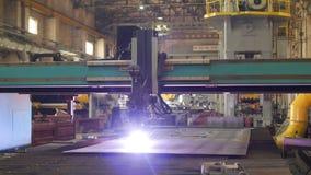 Macchina moderna per il taglio automatico del plasma del metallo, del primo piano, dell'industria e della produzione, per il tagl stock footage