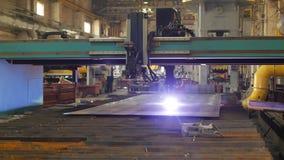 Macchina moderna per il taglio automatico del plasma del metallo, del primo piano, dell'industria e della produzione, per il tagl video d archivio