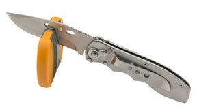 Macchina per affilare i coltelli e coltello isolati su bianco Fotografie Stock