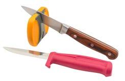Macchina per affilare i coltelli e coltello isolati su bianco Fotografia Stock