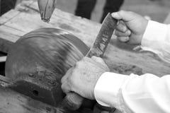 Macchina per affilare i coltelli mentre affilando la lama del coltello sulla l immagini stock