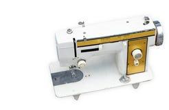 Macchina per cucire antica bianca e gialla di Dicut sul backgrou bianco fotografia stock libera da diritti