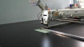 Macchina per cucire automatica Macchina per cucire del robot automatizzato lavori il modello a macchina del ricamo su cuoio sinte stock footage