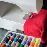 Macchina per cucire bianca ed accessori di cucito Fotografia Stock Libera da Diritti