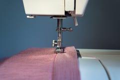 Macchina per cucire con il primo piano del panno Fotografia Stock Libera da Diritti