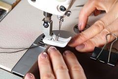 Macchina per cucire con le mani della donna Fotografia Stock Libera da Diritti