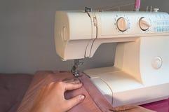 Macchina per cucire con le mani femminili Fotografia Stock