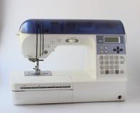 macchina per cucire con tessuto isolato su fondo bianco immagini stock libere da diritti