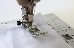 macchina per cucire con tessuto isolato su fondo bianco fotografia stock libera da diritti