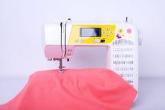 Macchina per cucire con tessuto nel gruppo di lavoro del cucito fotografie stock libere da diritti