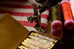 Macchina per cucire d'annata ed insieme delle bobine del filo Fotografia Stock