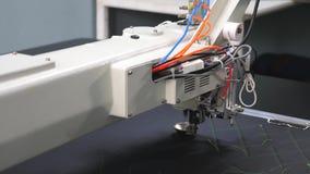 macchina per cucire di comandi di computer Macchina per cucire automatica Macchina per cucire del robot automatizzato lavori il m video d archivio