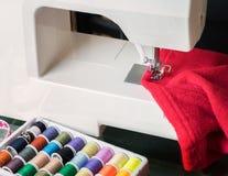 Macchina per cucire e panno bianchi Fotografie Stock Libere da Diritti