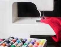 Macchina per cucire e panno rosso Fotografia Stock