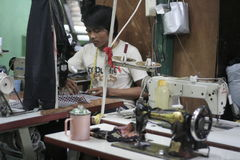 Macchina per cucire e sarto moderno dei vestiti Fotografia Stock