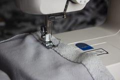 Macchina per cucire e tessuto grigio fotografia stock libera da diritti
