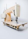 Macchina per cucire elettrica e crema Immagine Stock