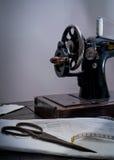 Macchina per cucire manuale di retro stile classico pronta per lavoro È vecchio fatto di metallo con i modelli floreali Immagine Stock