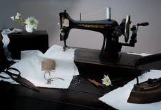 Macchina per cucire manuale di retro stile classico pronta per lavoro È vecchio fatto di metallo con i modelli floreali Immagini Stock Libere da Diritti
