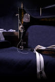 Macchina per cucire manuale di retro stile classico pronta per lavoro È vecchio fatto di metallo con i modelli floreali Fotografie Stock