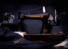 Macchina per cucire manuale di retro stile classico pronta per lavoro È vecchio fatto di metallo con i modelli floreali Fotografia Stock