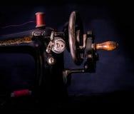 Macchina per cucire manuale di retro stile classico pronta per lavoro È vecchio fatto di metallo con i modelli floreali Fotografia Stock Libera da Diritti