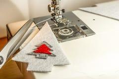 Macchina per cucire nel corso di feltro di cucito con i fili d'argento Fotografie Stock